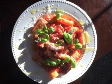 tradtional-tomato-sauce-rigatoni-pasta-and-basil